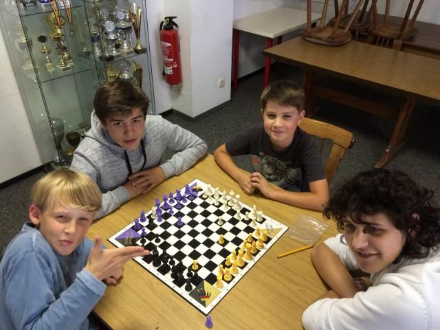 Martin und Tobi gewinnen knapp im Quadro-Schach gegen Christopher und Lukas
